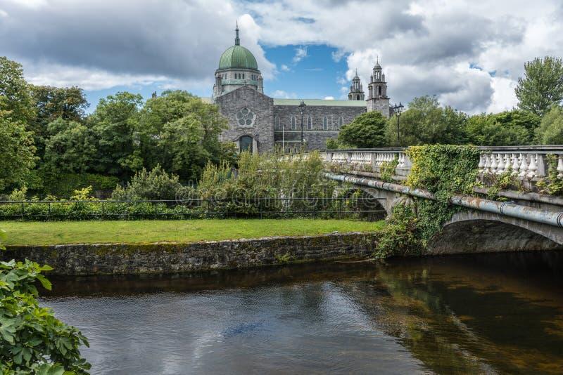 Galway καθεδρικός ναός και Weir σολομών γέφυρα, Ιρλανδία στοκ εικόνες