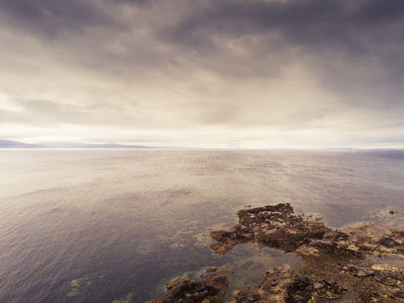 Galway Bay, Atlanten, tvÃ¥ sidor av kusten Burren i bakgrunden. molnig dramatisk sky. flyg- sikt fotografering för bildbyråer