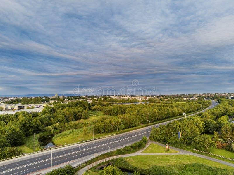 06/28/2019 Galway, camino de Irlanda N6, catedral de Galway y tienda Visión aérea, cielo nublado, madrugada, tráfico ligero fotografía de archivo libre de regalías