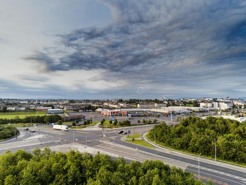 06/28/2019 Galway, Irlanda Centro comercial de Galway, cielo dramático Madrugada, tráfico ligero, visión aérea foto de archivo libre de regalías