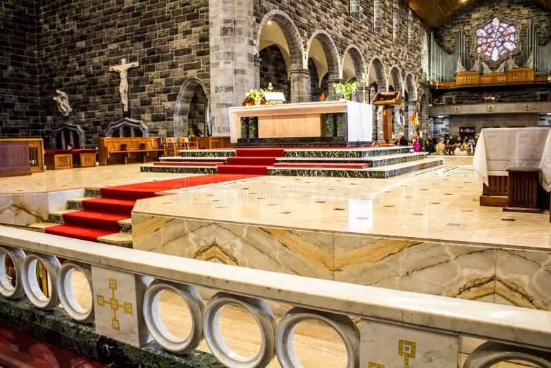 GALWAY, IRLANDA - 18 DE FEVEREIRO DE 2017: Detalhes principais do altar e da arquitetura para dentro de Roman Catholic Cathedral  imagem de stock royalty free