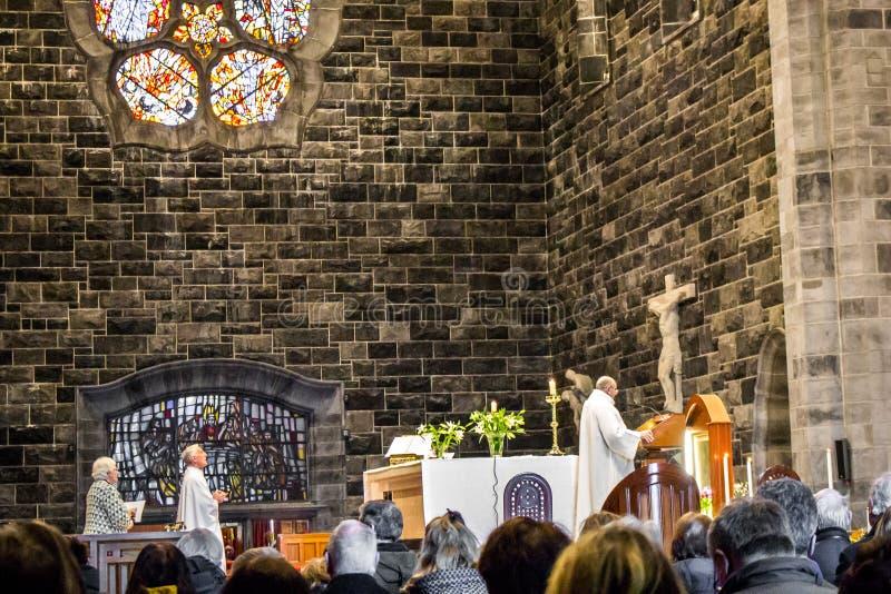 GALWAY, IRLANDA - 18 DE FEVEREIRO DE 2017: Povos que rezam para dentro de Roman Catholic Cathedral de nossa senhora Assumed no cé foto de stock royalty free