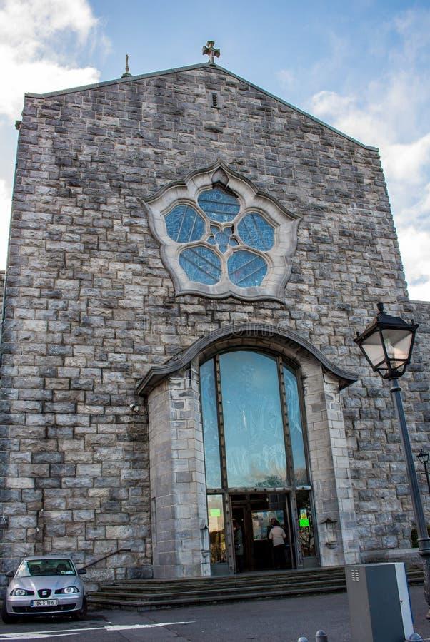 GALWAY, IRLANDA - 18 DE FEVEREIRO DE 2017: Vista da fachada de Roman Catholic Cathedral de nossa senhora Assumed no céu e no St fotografia de stock