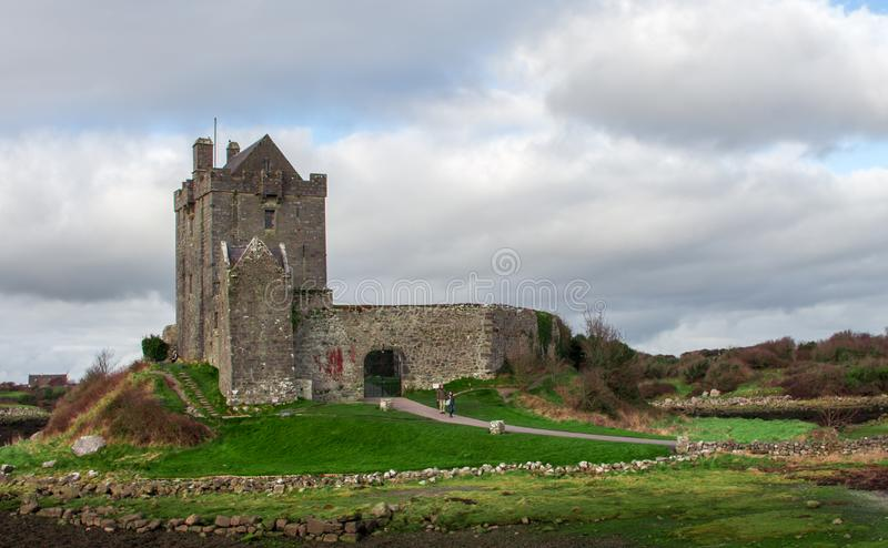 GALWAY IRLANDIA, LUTY, - 18, 2017: Szeroki widok ludzie odwiedza Dunguaire kasztel obrazy royalty free
