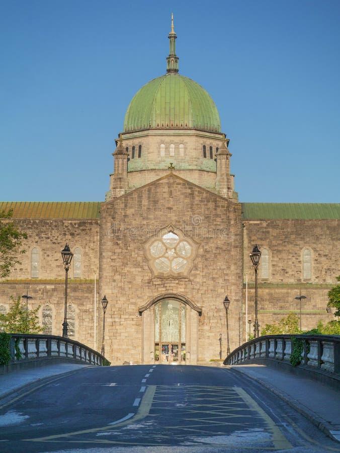 Galway katedry zieleni kopuła przeciw błękita jasnego nieba tłu Galway miasto, Irlandia S?awny turystyczny miejsce przeznaczenia  obrazy royalty free