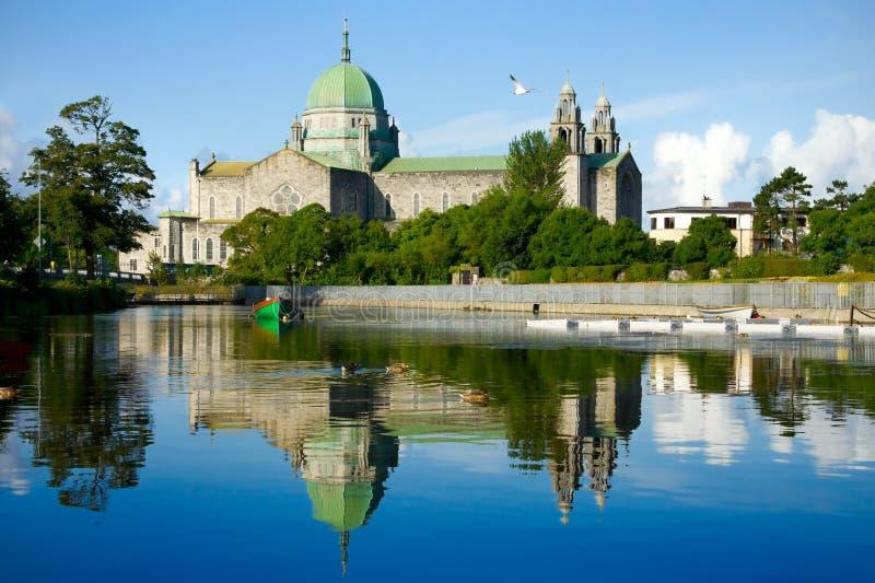 Galway-Kathedralemorgen vew vom Fluss stockfoto