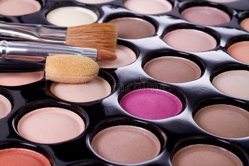Gama de colores colorida del sombreador de ojos del maquillaje con los cepillos foto de archivo