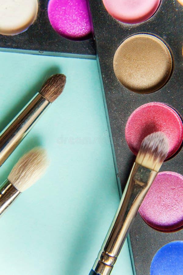 Gama de colores y cepillos del maquillaje imagenes de archivo