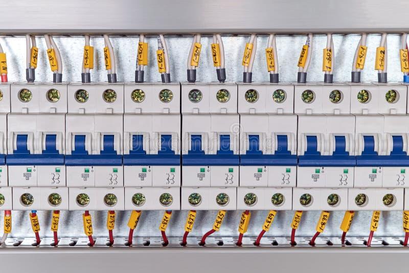 Gama de disyuntores modulares eléctricos en gabinete eléctrico fotografía de archivo libre de regalías