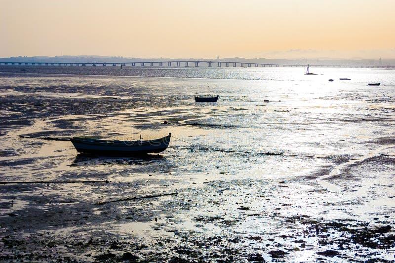 Gama de Vasco a Dinamarca da ponte de Portugal do alcochete do por do sol do barco imagens de stock royalty free