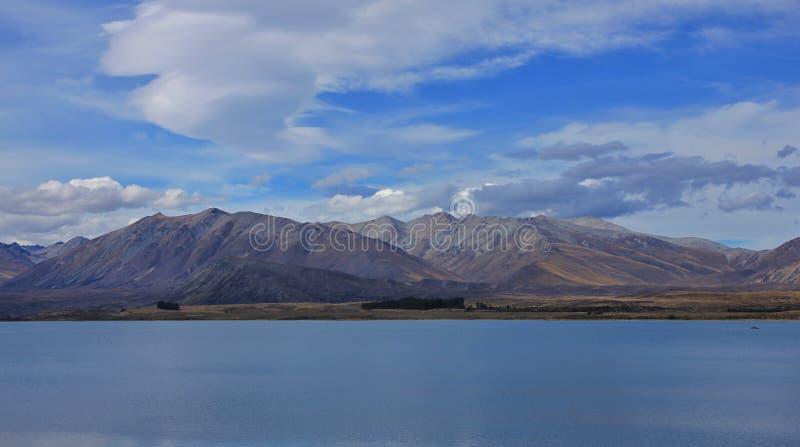 Gama del lago Tekapo y de dos pulgares fotografía de archivo libre de regalías