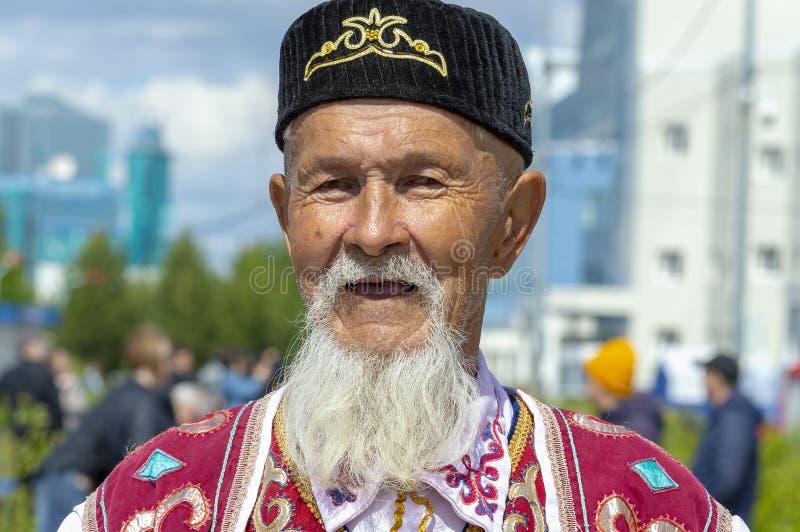Gamal man farfar med skägget i Bashkir nationell kläder royaltyfria foton