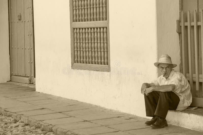 Gamal man med den Cubanian cigarren fotografering för bildbyråer