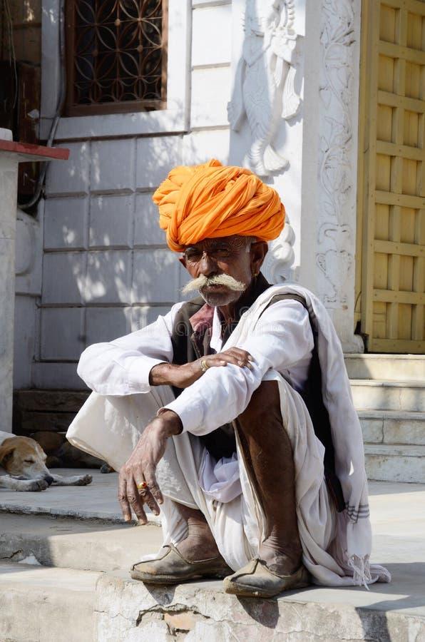 Gamal man med den traditionella rajputhuvudbonaden - turban på den Pushkar kamelmässan, Indien royaltyfria bilder