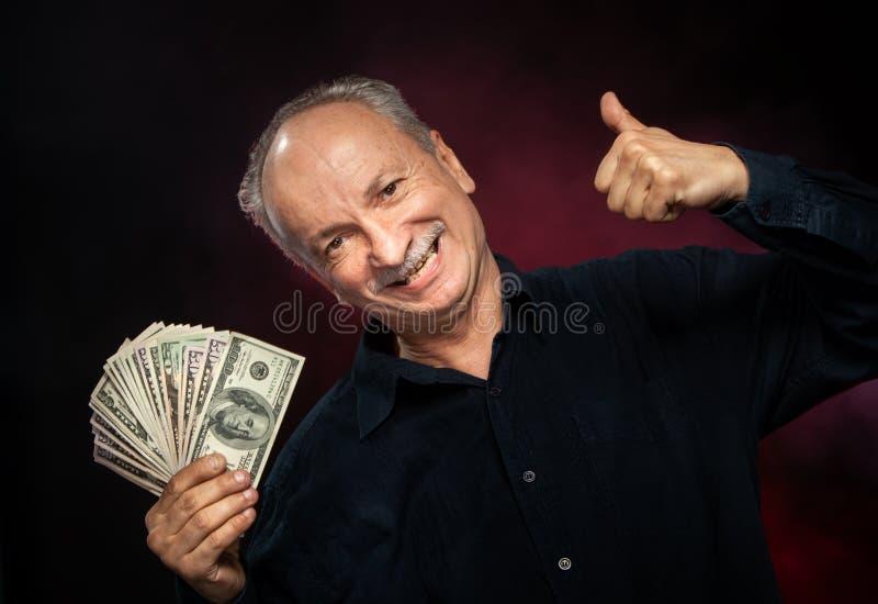 Gamal man med dollarbills royaltyfri foto