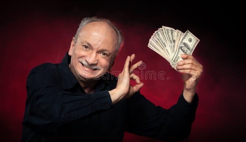 Gamal man med dollarbills royaltyfri bild