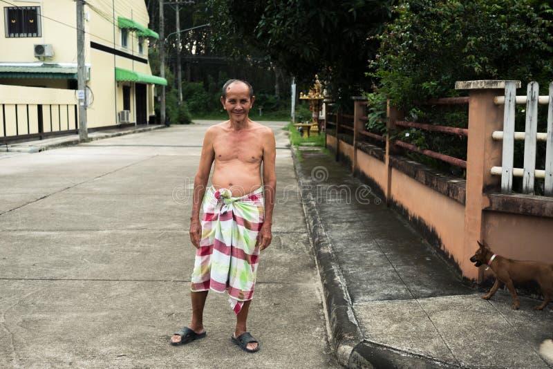 Gamal man med höftskynskeanseende på den offentliga gatan royaltyfri foto