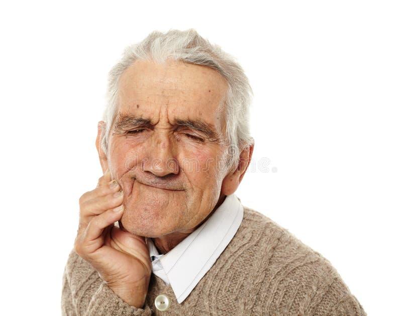 Gamal man med tandknip arkivbild