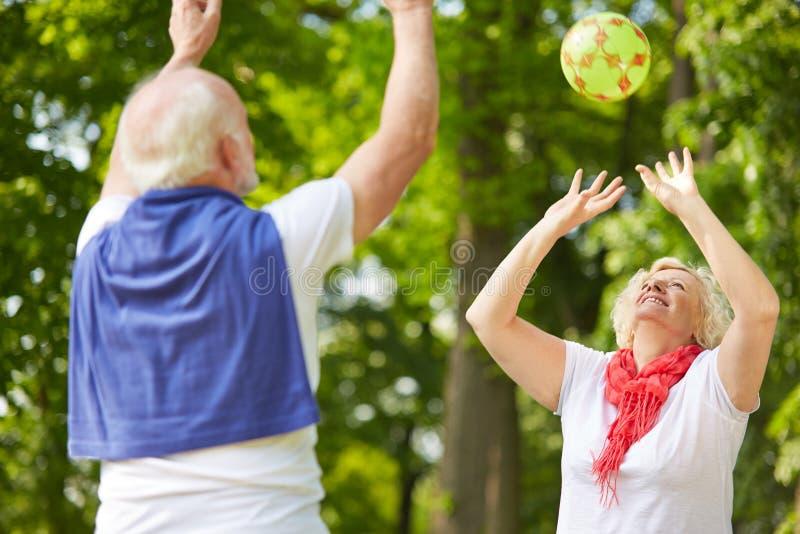 Gamal man- och pensionärkvinna som spelar med bollen fotografering för bildbyråer