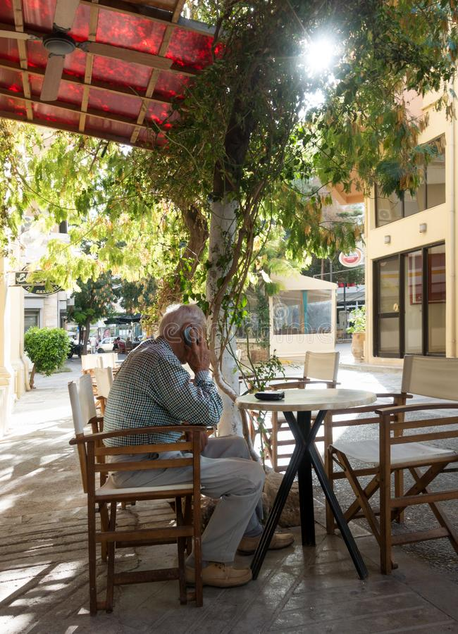 Gamal man på det utomhus- kafét fotografering för bildbyråer