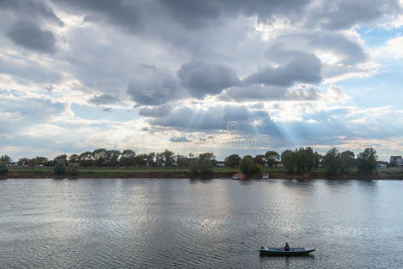 Gamal man på hans fartygfiske på Savaet River i Sremska Mitrovica Serbien arkivfoton