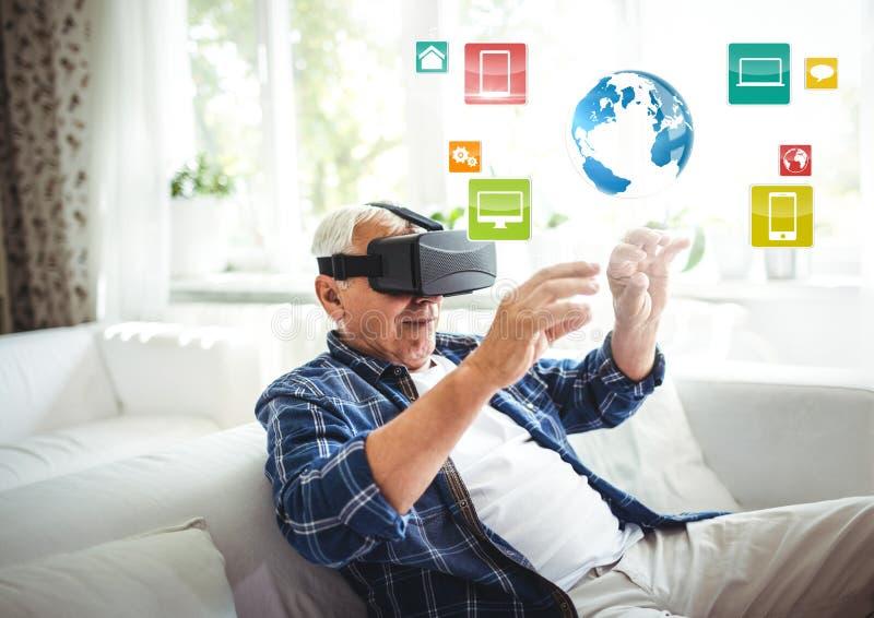 Gamal man som bär VR-virtuell verklighethörlurar med mikrofon med manöverenheten arkivbild