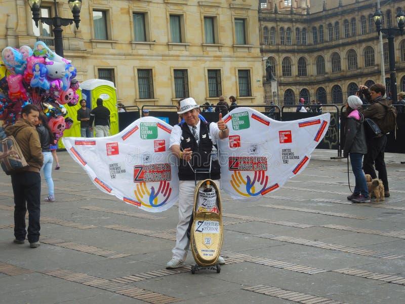 Gamal man som fågel av fred i protest i Bogota, Colombia royaltyfria bilder