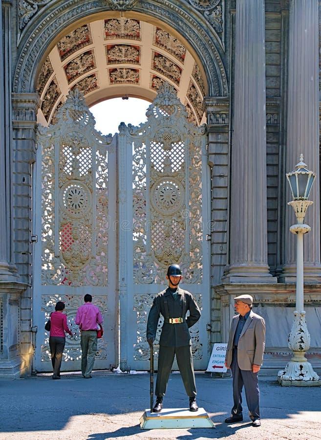 Gamal man som stirrar på soldaten som bevakar porten arkivbild
