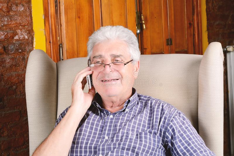 Gamal man som talar på telefonen royaltyfri fotografi
