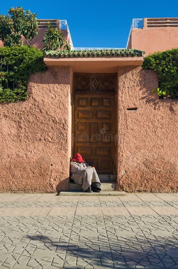 Gamal man sovande i dörröppning i Marrakesh Marocko royaltyfri bild