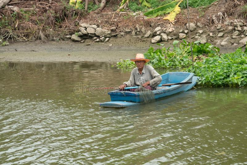 Gamal manfiske på ett fartyg i floden arkivfoton