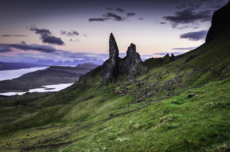Gamala mannen av Storr fotograferade p? den bl?a timmen Ber?md gr?nsm?rke p? ?n av Skye, Skottland royaltyfri foto