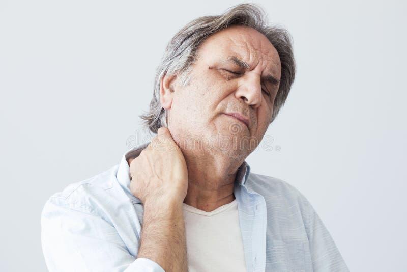 Gamala mannen med halsen smärtar royaltyfria bilder