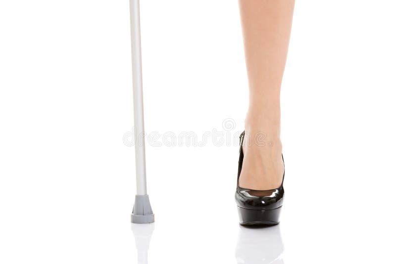 Gamba del ` s della donna e una gruccia Concetto disabile fotografia stock