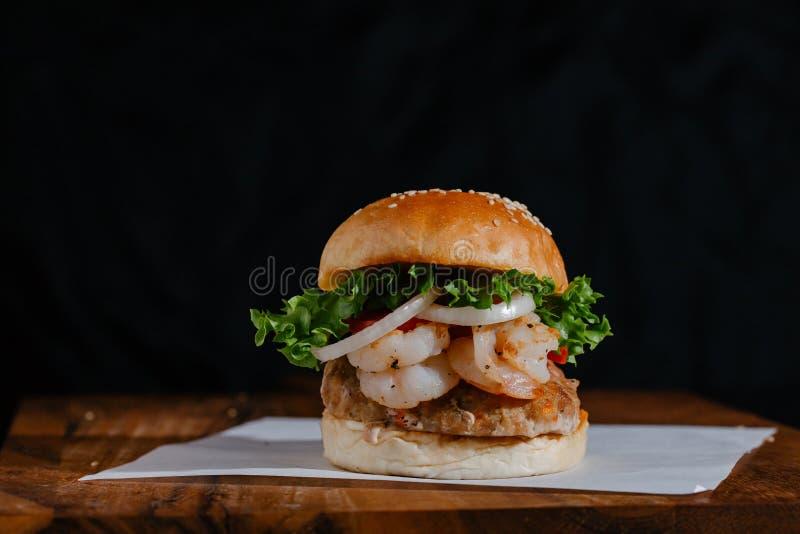 Gamba y pollo sabrosos Patty Burger imagen de archivo libre de regalías