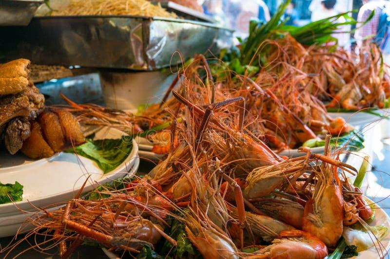 Gambas, cangrejos en el mercado imágenes de archivo libres de regalías