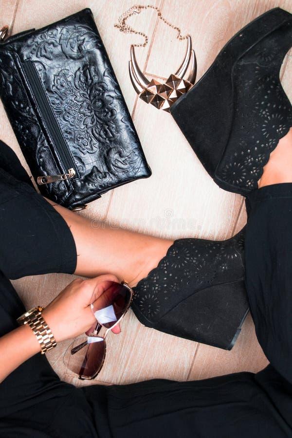 Gambe alla moda della donna Attrezzatura di affari Vista superiore fotografia stock libera da diritti