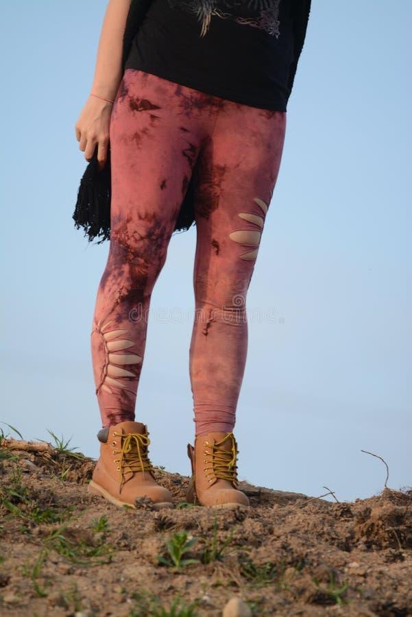 Gambe in belle e calzamaglia tagliate uniche, modo di festival, ora dorata, sera calda fotografia stock