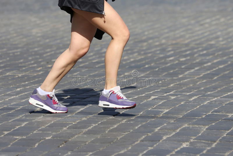 Gambe che eseguono gli atleti sul corso immagini stock