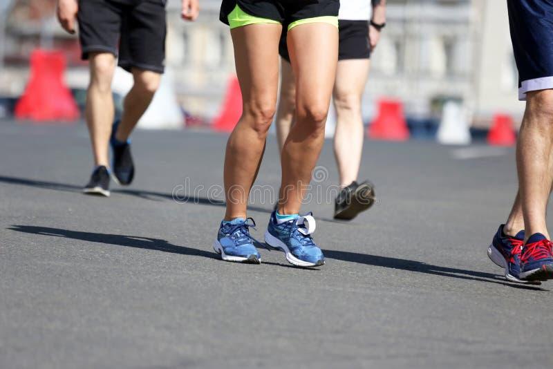 Gambe che eseguono gli atleti sul corso fotografia stock libera da diritti