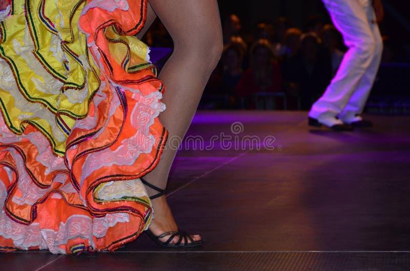 Gambe dei ballerini della samba sulla fase fotografie stock libere da diritti
