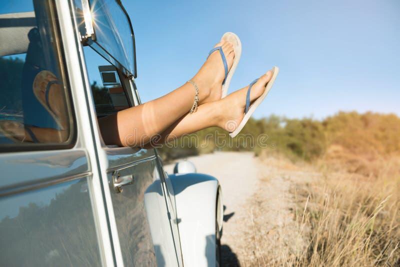Gambe del ` s della ragazza in un'automobile fotografia stock