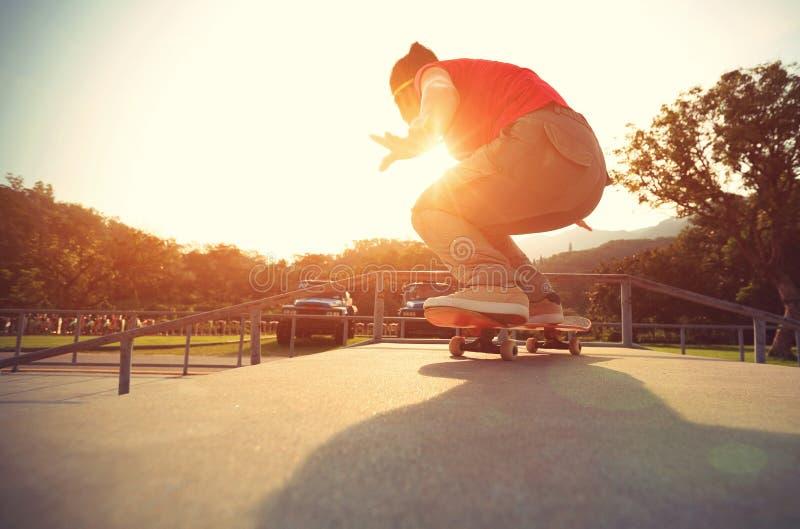 Gambe del skateboarder che fanno un ollie della pista immagine stock libera da diritti