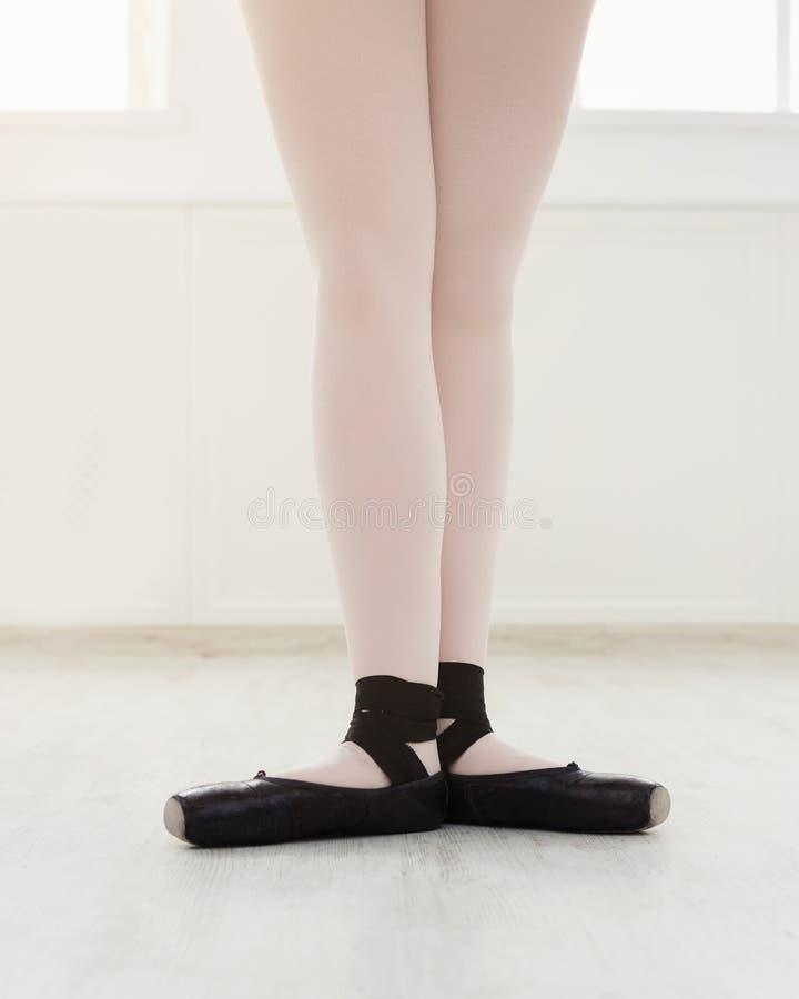 Bello Ballo Della Ballerina Su Pointe Immagine Stock