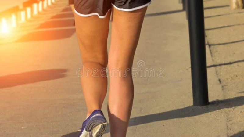 Gambe della donna che corrono in via fotografie stock libere da diritti