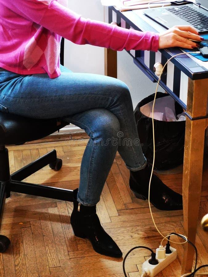 Gambe della donna vestite all'ufficio fotografia stock libera da diritti