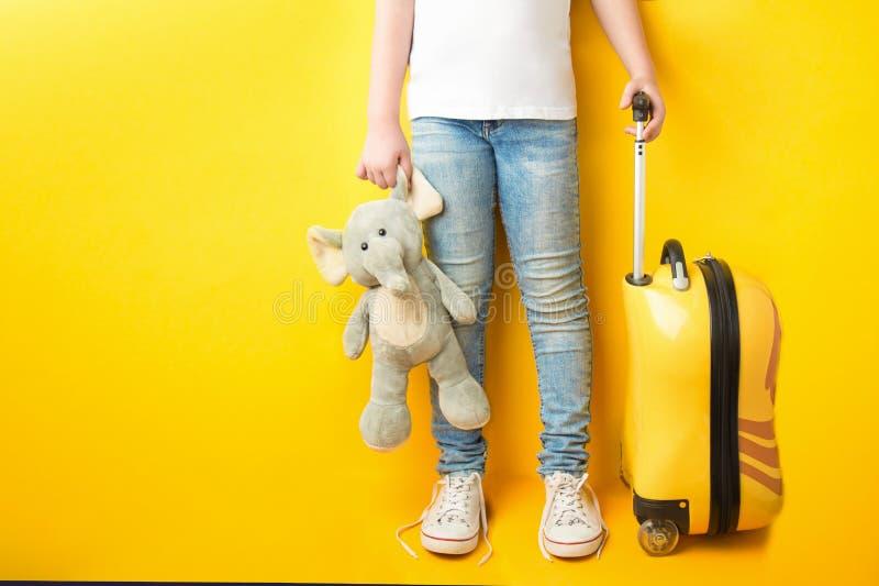 Gambe della ragazza in vestito kazhual in jeans ed in una maglietta bianca w fotografia stock libera da diritti