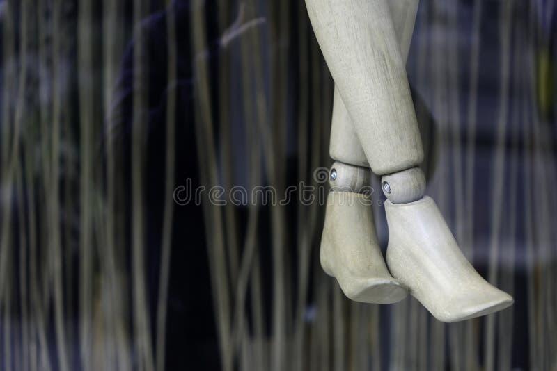 Gambe di legno del manichino fotografia stock libera da diritti