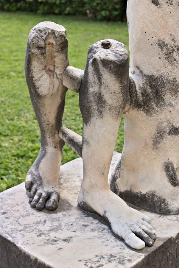 Gambe di marmo di una scultura romana immagini stock libere da diritti