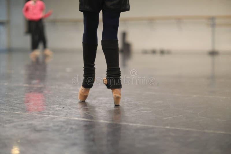 Gambe di una condizione della ballerina sul pointe fotografia stock libera da diritti